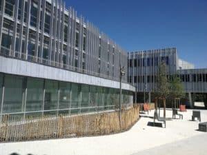 Vue de profil de la façade du Lycée de Nort-sur-Erdre habillée de brises-soleil conçus et posés par les Ateliers David