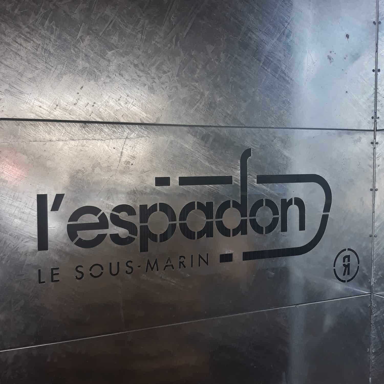 Logo Espadon gravé dans le métal