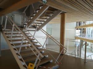 Photo des escaliers du Lycée de Nort-Sur-Erdre dont la partie métallerie a été réalisée par les Ateliers David