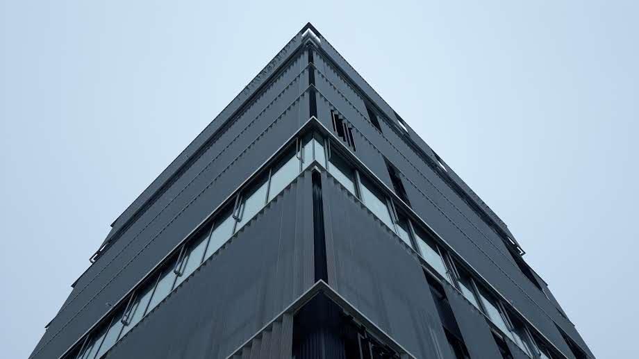 Vue en contre-plongée du bâtiment de la MBA Mutuelle de Rennes habillée de résille perforée posée par les Ateliers David