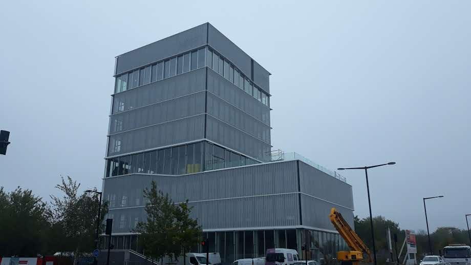 Vue de loin du bâtiment de la MBA Mutuelle de Rennes habillé de résille perforée posée par les Ateliers David