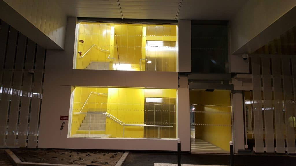Vue intérieure du nouveau Parking Relais La Neustrie habillé d'un bardage blanc et jaune réalisé et posé par les Ateliers David