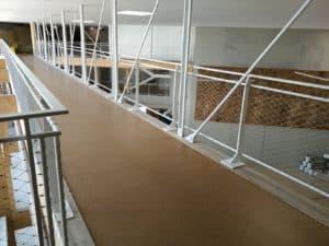 Plan sur passerelle dont les suspensions et les mains-courantes métalliques ont été réalisées par les Ateliers David