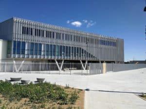 Vue sur les brises-soleil posés et conçus par les Ateliers David pour le Lycée de Nort-sur-Erdre