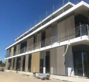 Vue de profil du nouveau siège TGS FRANCE habillé de brises-soleil conçus et posés par les Ateliers David