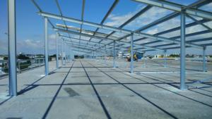 Ossatures métalliques mises en place par les Ateliers David sur le toit de la Base sous-marine K2 de Lorient