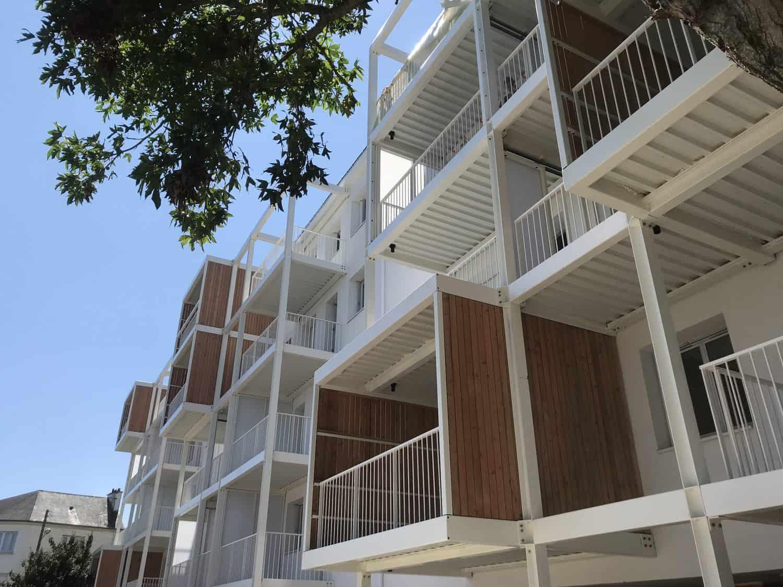 Vue en contreplongée des balcons préfabriqués pour la résidence Jules Guesde