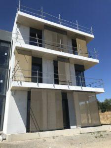 Vue en contre-plongée des balcons du nouveau siège TGS FRANCE  habillé de brises-soleil conçus et posés par les Ateliers David