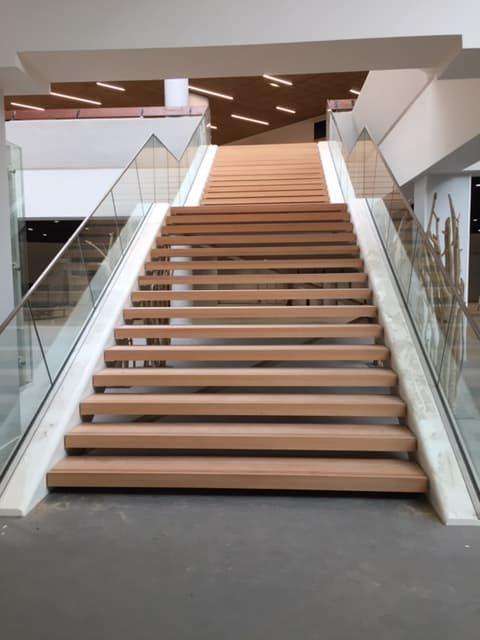 Vue depuis le bas des escaliers du Centre de Congrès d'Angers que les Ateliers David ont participé à réhabiliter
