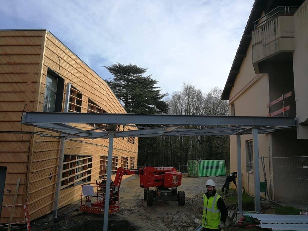 Plan sur la passerelle dont la métallerie a été réalisée par les Ateliers David au Lycée La Herdrie à Basse-Goulaine (44)