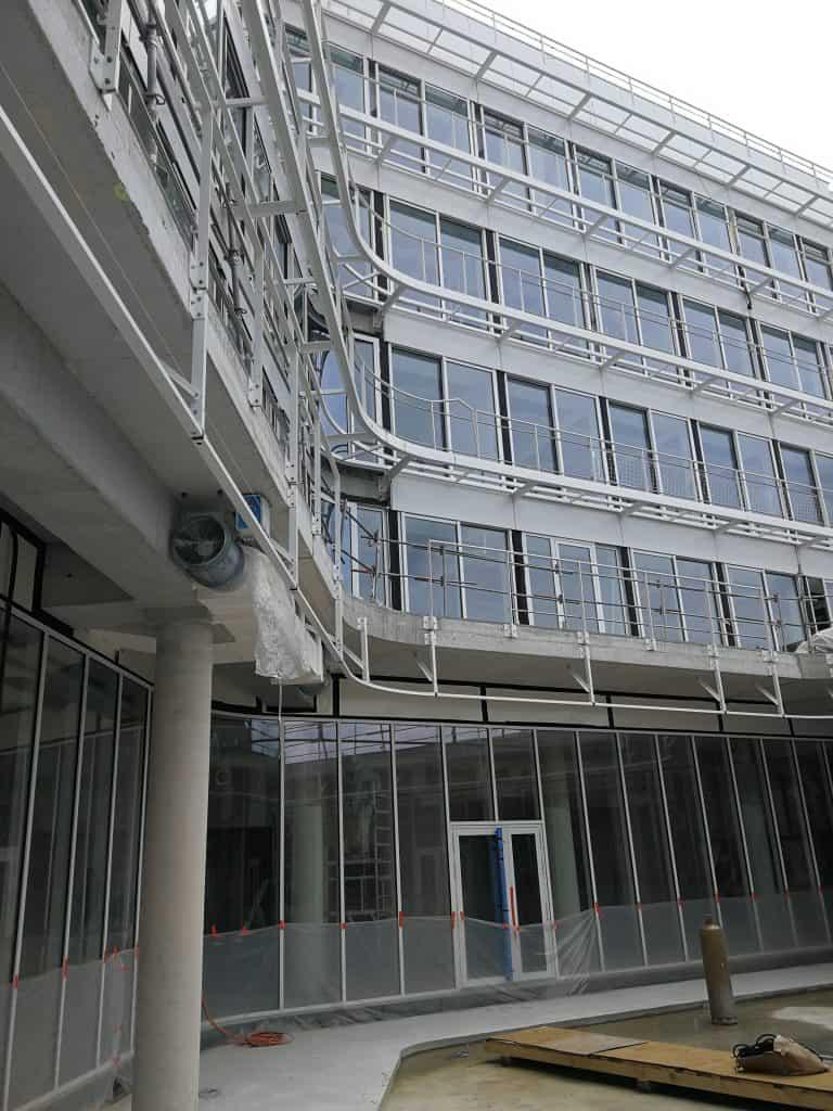 Vue en contre-plongée des différents étages du Crédit Agricole Brie Picardie habillés des garde-corps conçus et posés par les Ateliers David