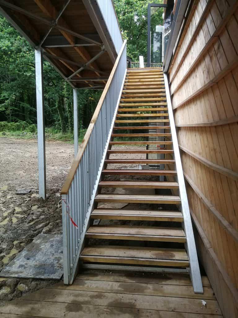 Vue depuis le bas des escaliers dont la partie métallerie a été réalisée par les Ateliers David au Lycée La Herdrie (44)