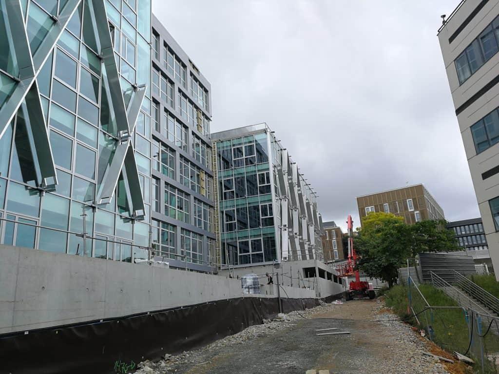 Vue en contreplongée des brises-soleil montés sur la façade du bâtiment Berkeley par les Ateliers David