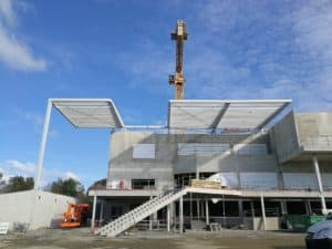 Pose avec grue du nouveau auvent monumental du CREPS Pays de la Loire réalisé par les Ateliers David