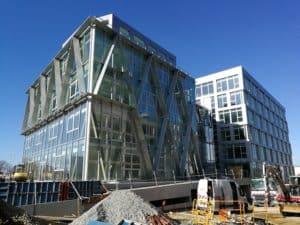 Vue d'ensemble du bâtiment Berkeley à Rennes habillé de bardages et de brises-soleil