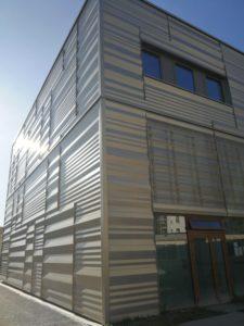 Photo ensoleillée du bardage coques BS et lames Chaotic en Gold PERLA du Lycée Feyder d'Epinay-Sur-Seine