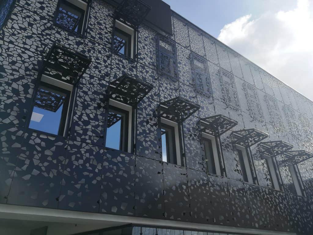 Vue en contreplongée de la façade Vives Eaux