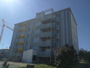 Façade réhabilitée de la résidence Ile d'Aix avec des balcons Ateliers David