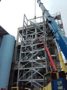 Vue en contreplongée de l'escalier autostable réalisé par les Ateliers David pour Cargill Redon